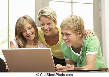 ティーンエージャーの, ラップトップ, 母, 使うこと, 家, 子供