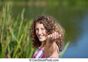 ティーンエージャーの, 伸ばしている腕, 女の子の微笑