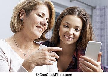 ティーンエージャーの, 娘, いかに, モビール, 提示, 使用, 電話, 母
