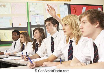 ティーンエージャーの, 学生, 答えている質問, 勉強, 中に, 教室