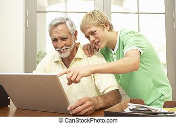 ティーンエージャーの, 孫, ラップトップ, 使用, 祖父, 助力, 家