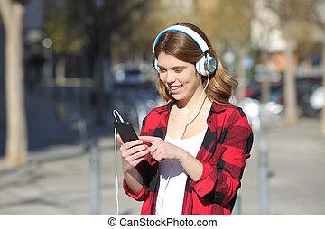 ティーンエージャーの, 歩く音楽, 聞くこと, 屋外で, 女の子, 幸せ