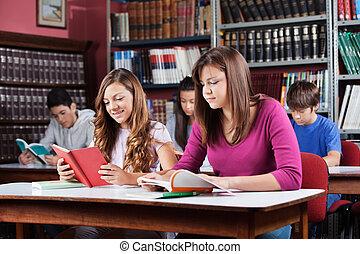 ティーンエージャーの, 生徒, 勉強, 中に, 図書館