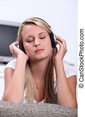 ティーンエージャーの, 音楽, 女の子, 聞くこと