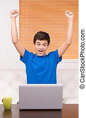 ティーンエージャーの, computer., positivity, 男の子, コンピュータ, 朗らかである, 表現, モニター, 見る, ティーネージャー