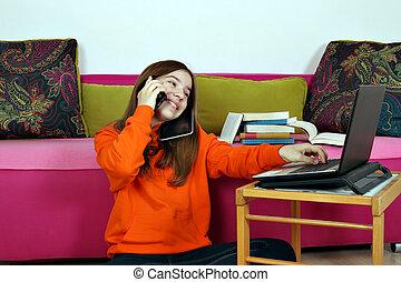 ティーンエージャーの, smartphone, タブレット, ラップトップ, 同じ, 時間, 使うこと, 女の子, 幸せ