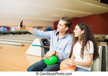 ティーンエージャーの, smartphone, selfportrait, クラブ, 取得, ボウリング, 使うこと, 恋人