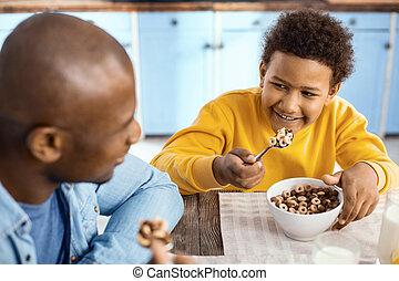 ティーン前, 男の子, 彼の, 父, 弱拍, 朝食, 持つこと