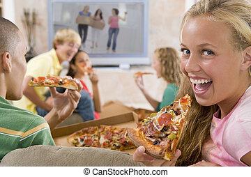 テレビ, 食べること, ティーネージャー, 掛かること, 前部, から, ピザ