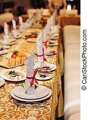 テーブルの 設定, 赤いリボン