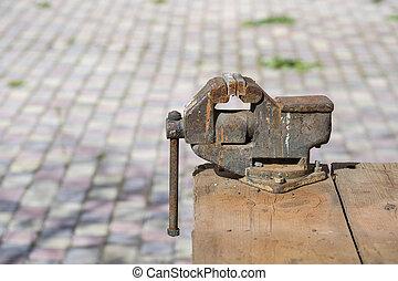 テーブル, 万力, 木製である, 屋外で, プロダクト, 錆ついた, 古い, の上, 金属, 終わり
