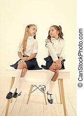 テーブル。, 学校, 楽しむ, 生徒, 壊れなさい, わずかしか, ユニフォーム, 時間, 得ること, 背中, 話し, 形式的, 準備ができた, classroom., 女生徒, school., モデル, 基本, 子供, 小さい
