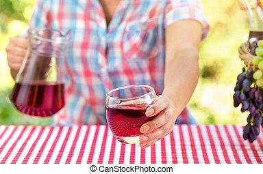 テーブル, 赤, から, ガラスワイン, ブドウ, 女, 手掛かり, ∥あるいは∥, 上に, テーブルクロス, ジュース