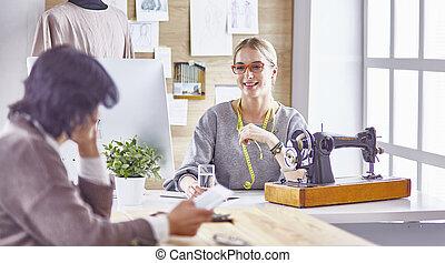 デザイン, クライアント, ドレスメーカー, 彼女, かなり, 提示, 新しい