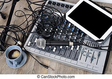 デジタルタブレット, 置かれた, 上に, a, オーディオミクサ, ∥で∥, a, コーヒー