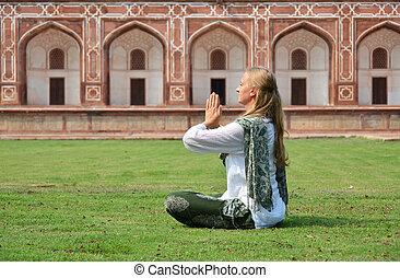 デリー, humayun's, 女, 庭, 瞑想する, 若い, tomb., ind