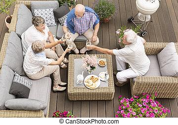 トースト, 夏, hotel., 最後, ポーチ, 木製のこま, 男性, 休暇, ∥(彼・それ)ら∥, 贅沢, 光景, 作成, 年長の 女性, 日, 幸せ