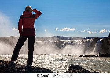 ハイカー, 女性の見ること, godafoss, アイスランド, 滝