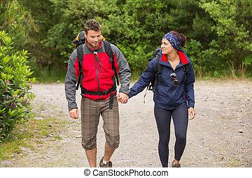 ハイキング, 恋人, 手, 保有物, 微笑, 行く, 一緒に