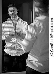 ハンサム, 人, ボタンが掛かる, ワイシャツ