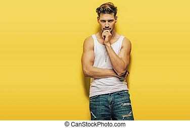 ハンサム, 筋肉, ポーズを取る, 黄色の背景, 人