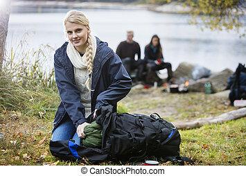 バックパック, 女, 若い, キャンプ場, 荷を解くこと
