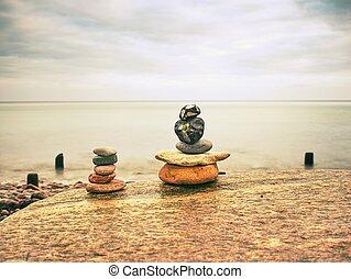 バランスをとられた, 石, ピラミッド, 海岸で, の, 滑らかである, 海水, level., 青, 夕方