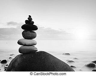 バランスをとられた, 石, pyramide, 海岸で, の, 青い水, の, ocean., 青い空, 中に, 水, レベル, 鏡
