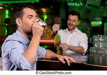 バーテンダー, 新たに, beer., ビール, 若い, 間, 叩くこと, 背景, 飲むこと, ハンサム, 叩かれる, 人