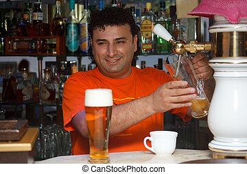 バーテンダー, 棚, beer., いっぱいになる, に対して, bottles., ガラス, 微笑の人