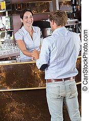 バー, barista, カウンター, 話し, カフェ, 人