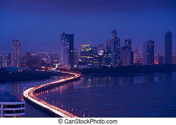 パナマ市, 夜, スカイライン, 光景, の, 交通, 自動車, 上に, ハイウェー
