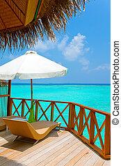 パラソル, そして, chaise, ラウンジ, 上に, a, 台地, の, 水, 別荘, maldives.