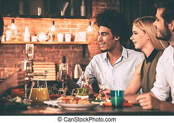 パーティー, 楽しむ, モデル, 人々, dinning, 若い, 一緒に, 朗らかである, 間, ディナーテーブル, friends., 食事, 台所