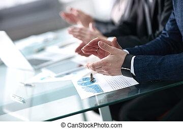 パートナー, 後で, ビジネス, レポーター, の上, concept., 拍手喝采する, 若い, seminar., 教育, コーチ, ミーティング, 聞くこと, 専門家, レポート, 終わり, 仕事, プレゼンテーション, ∥あるいは∥