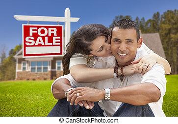 ヒスパニックの カップル, 新しい 家, そして, 販売 のため, 不動産の 印