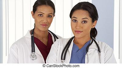 ヒスパニック, そして, アフリカ系アメリカ人の女性, 医者, 中に, 病院