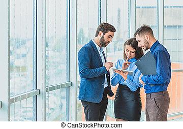 ビジネスオフィス, これ, 服を着せられる, 3, clothes., 1(人・つ), ビジネスマン, もう1(つ・人), 手, 文書, の間, フォルダー, tablet.