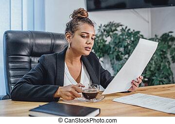 ビジネスオフィス, 若い見ること, 女の子, documents.
