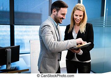 ビジネスカップル, 持つこと, 議論, 中に, オフィス
