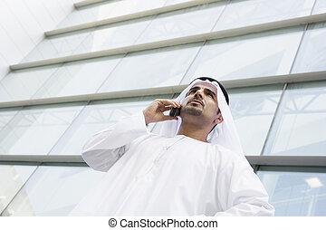 ビジネスマンの地位, 屋外で, によって, 建物, 上に, セルラー電話, (selective, focus)