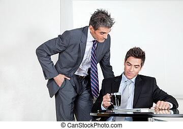 ビジネスマン, ∥で∥, コーヒーカップ, 中に, a, ミーティング, ∥で∥, 同僚