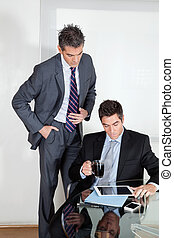 ビジネスマン, ∥で∥, デジタルタブレット, 中に, a, ミーティング, ∥で∥, 同僚