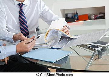 ビジネスマン, ∥で∥, 同僚, 論じる, ペーパーワーク