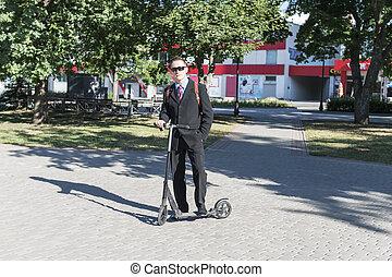 ビジネスマン, スクーター, 公園, 蹴り