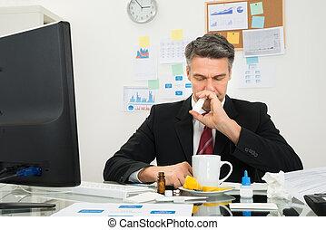 ビジネスマン, スプレーをかける, 鼻噴霧, 中に, 彼の, 鼻