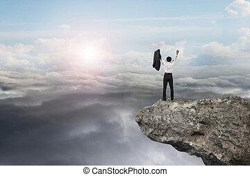 ビジネスマン, 上に声援する, 崖, ∥で∥, 自然, 空, 日光, cloudsca