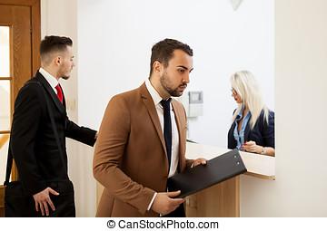 ビジネスマン, 中に, オフィス, レセプションエリア, 話し, ∥で∥, 秘書
