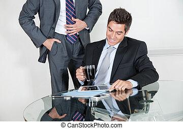 ビジネスマン, 使うこと, デジタルタブレット, 中に, a, ミーティング, ∥で∥, 同僚