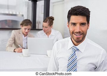 ビジネスマン, 同僚, 微笑, オフィス机
